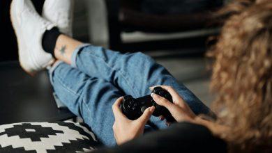 women-playing-game
